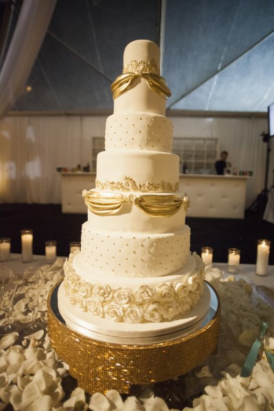 white and gold wedding cake, gold gillter cake stand