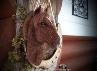 hevonen, rintaneula hevonen, suomen hevunen, hevonen huovasta, lahja ratsastajalle, hevosen kuviot, havonen kuva, hors art, ratsastajalle lahja, ratsastajan kauppa