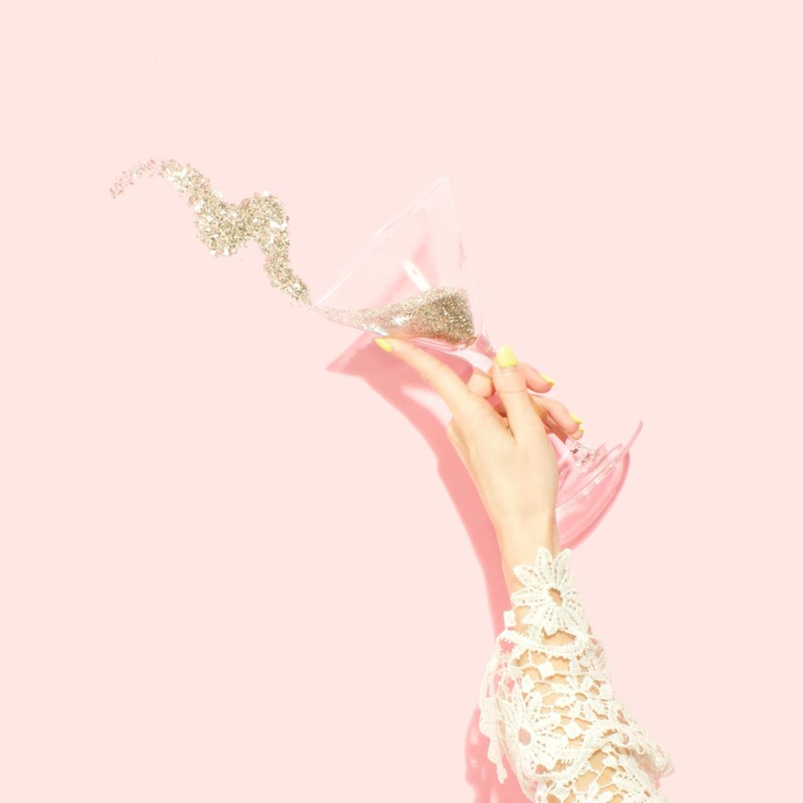 amy-shamblen-Destination-Bridal-Shower-glitter-champagne-ellwed-unsplash
