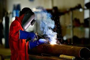 يجب تطبيق قواعد الأمن والسلامة اثناء العمل في المصانع