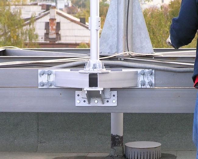 Специальный кронштейн молниеприемника для крепления к металлоконструкции