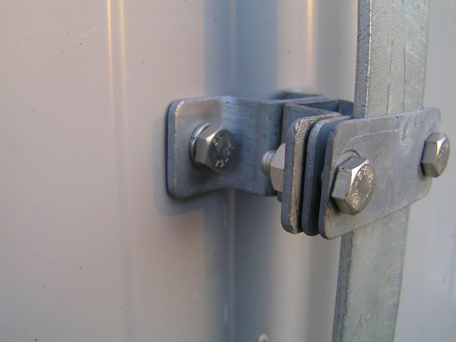Крепление полосы 40х4 мм держателем проводника к стене из сендвич-панели