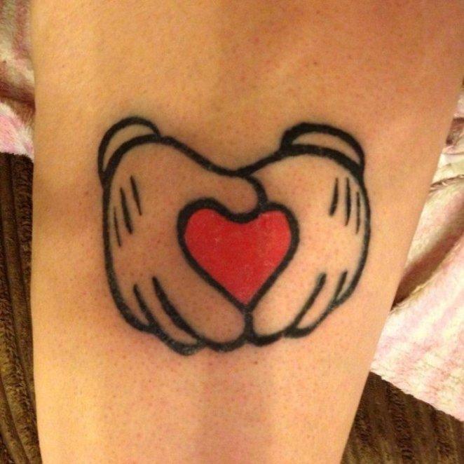 Tatuaje de las manos de Mickey Mouse formando un corazón
