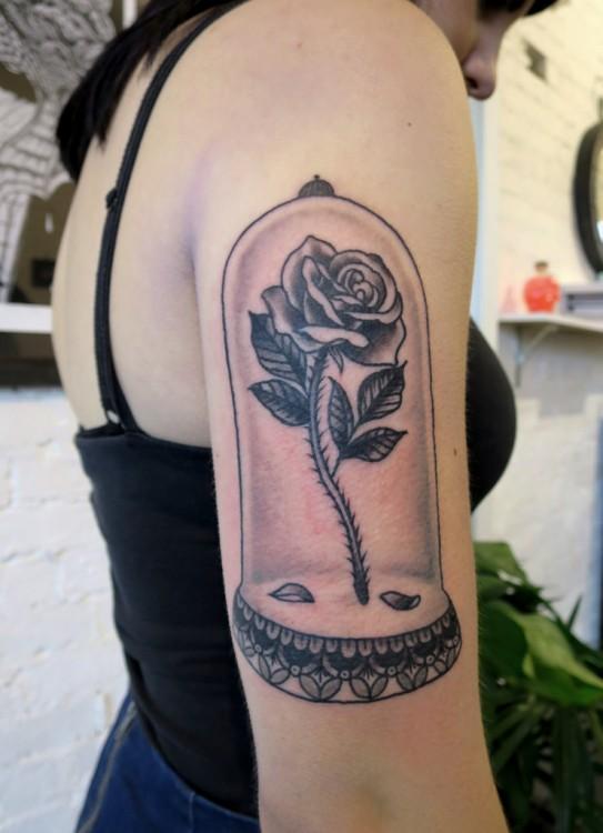 """Tatuaje en el brazo de una chica con el diseño de la rosa que sale en la película """"La bella y la bestia"""""""