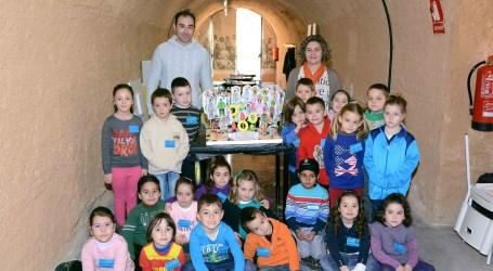 El Museu de la Rajoleria de Paiporta enseña a los niños a hacer una falla