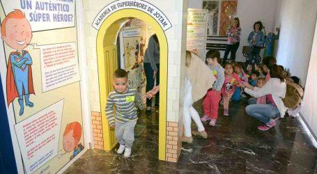 400 niños de Paiporta aprenden a ser super héroes en el museo de la Rajoleria