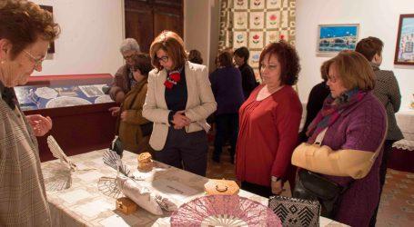 Les artesanes d'Alaquàs inauguren una nova exposició al Castell