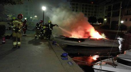 Un incendio calcina y hunde una embarcación en Port Saplaya