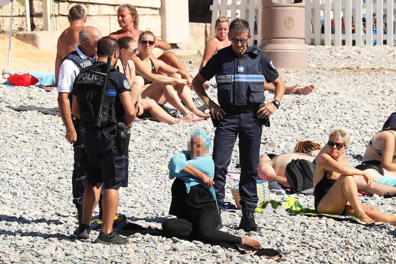 POLICÍA FRANCESA OBLIGA A MUJER MUSULMANA A QUITARSE EL BURKINI EN LA PLAYA