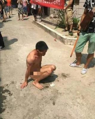 ANIMALISTAS DESNUDAN Y GOLPEAN A UN VIOLADOR DE PERROS EN CHINA