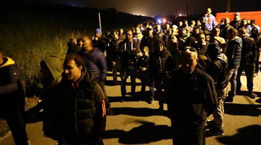 PUEBLO ITALIANO MONTA BARRICADAS PARA IMPEDIR LLEGADA DE MUJERES Y NIÑOS REFUGIADOS