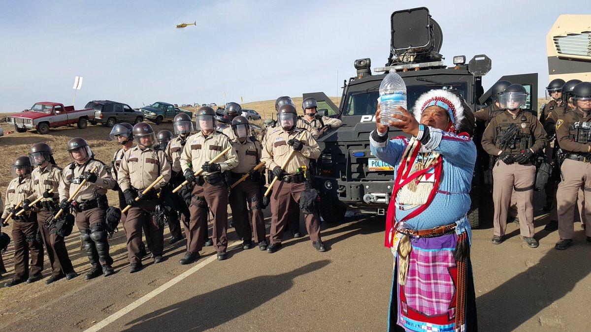 POLICIA DESALOJA POR LA FUERZA A ACTIVISTAS QUE PROTESTAN CONTRA OLEODUCTO EN DAKOTA DEL NORTE