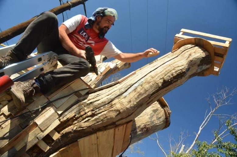 En el Museo a Cielo Abierto de Mendiolaza, el artista plástico logró intervenir un tronco con material reciclado de desecho industrial.