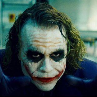 """2-Joker Llegando a la cima de nuestra lista el disfraz masculino más elegido es nada más ni nada menos que el de """"El Guasón"""". Uno de los villanos más brillantes de la historia del cine y el cómic es también el más solicitado para el día del terror. Queda por verse cuál de las diversas caracterizaciones cinematográficas de este diabólico personaje será la más utilizada por los fans. ¿Será el clásico de los 90' con el legendario Jack Nicholson, la increíble y perturbadora interpretación del fallecido Heath Ledger, o el renovado Joker de Jared Leto en """"Suicide Squad""""?"""