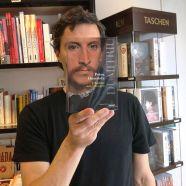 Furor por los empleados de una librería que juegan con las fotos de portada de los libros-3