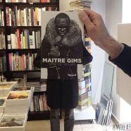 Furor por los empleados de una librería que juegan con las fotos de portada de los libros-5