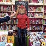 Furor por los empleados de una librería que juegan con las fotos de portada de los libros-9a