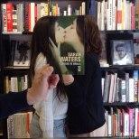 Furor por los empleados de una librería que juegan con las fotos de portada de los libros-9f