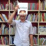 Furor por los empleados de una librería que juegan con las fotos de portada de los libros-9g