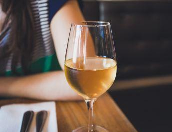 Beber más de cinco vasos de vino por semana podría acortar la vida