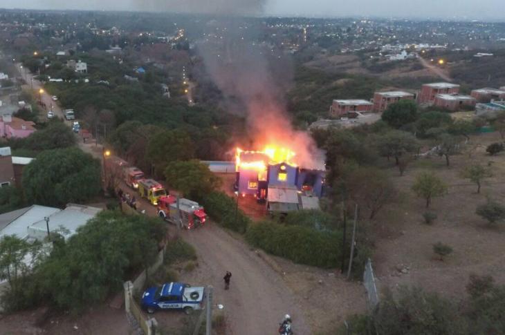 Se incendió vivienda en Mendiolaza y los daños fueron totales 8
