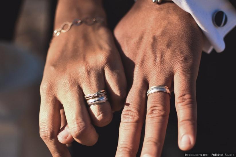 Busca el anillo de su esposo fallecido en un accidente