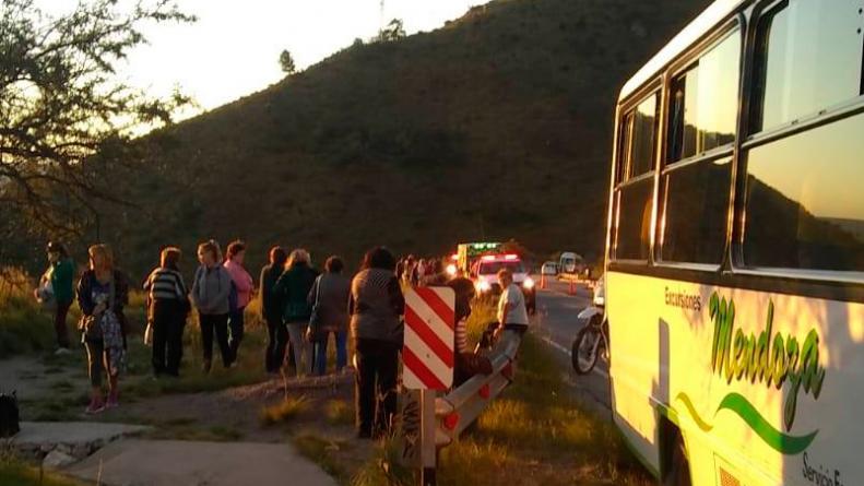 Sin control: una anciana saltó de un colectivo en el Camino del Cuadrado