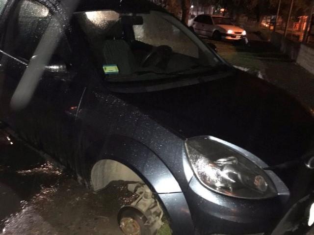 Salió a cenar y al volver a su auto se lo encontró con solo tres ruedas