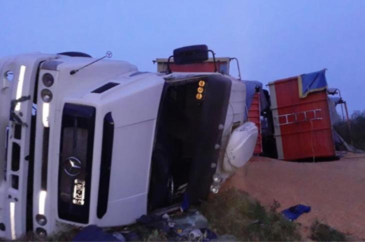 """Un camión volcó en la """"curva de Tinoco"""", estaba cargado de maíz 11"""