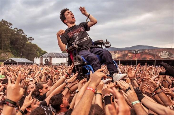 La foto del día: 'crowdsurfing' que da lecciones de inclusión 2