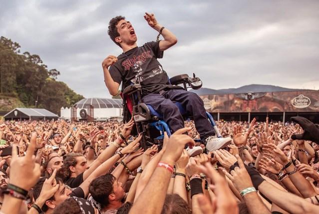 La foto del día: 'crowdsurfing' que da lecciones de inclusión 1
