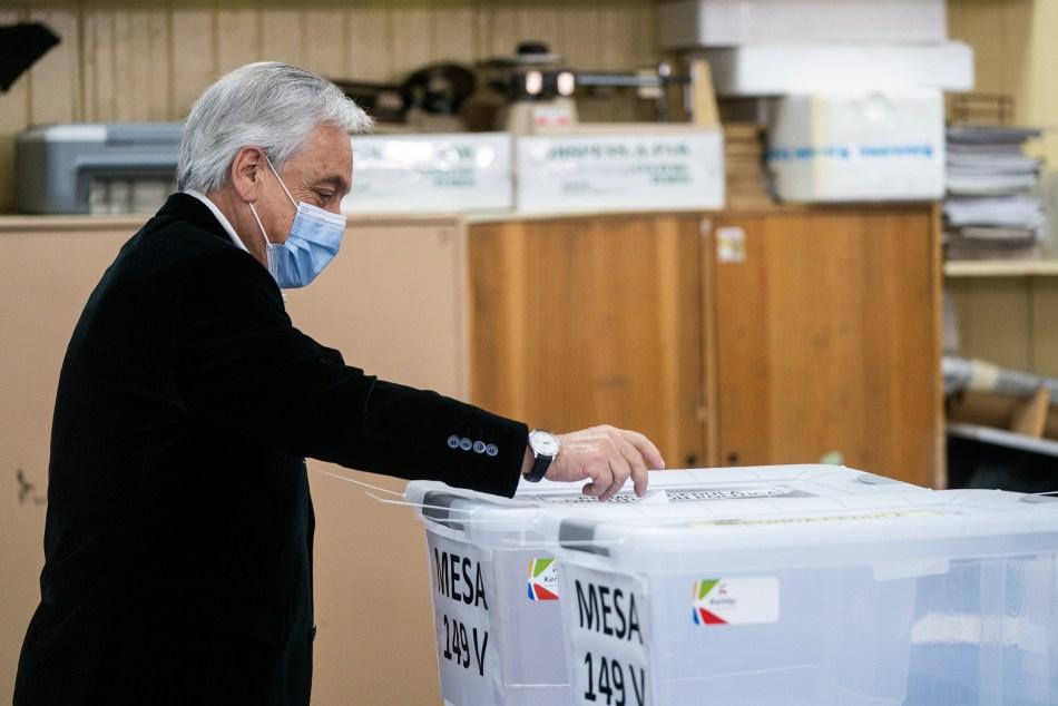 """25/10/2020; Chile: El presiente chileno, Sebastián Piñera, votó esta mañana a las 8:35 en un local de votación en la comuna santiaguina de Las Condes y convocó a concurrir a las urnas en forma pacífica y reclamó """"que vengan a votar todos, porque todas las voces importan"""". Foto: AFP/Télam/CBRI"""