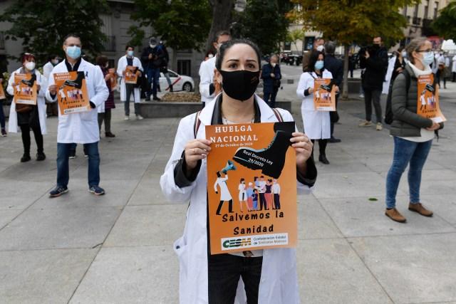 Los médicos españoles protagonizaban hoy su primera huelga nacional en 25 años para protestar contra las malas condiciones laborales y el debilitamiento del sistema de salud pública, justo cuando el país enfrenta la segunda ola de coronavirus.<br>(Photo by PIERRE-PHILIPPE MARCOU / AFP)