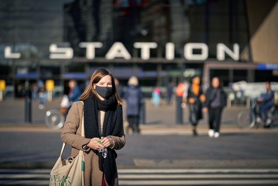 <em><strong>Una mujer mira frente a la estación central de Rotterdam en el centro de Rotterdam. El primer ministro holandés anunció que los Países Bajos reforzarán su bloqueo parcial del coronavirus con museos, cines, clubes sexuales y otros lugares públicos para cerrar dos semanas.</strong></em> (Foto de Phil nijhuis / ANP / AFP) / Holanda OUT