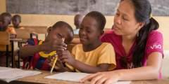 فرصة تطوع ممولة بالكامل لتعليم الأطفال القراءة والكتابة
