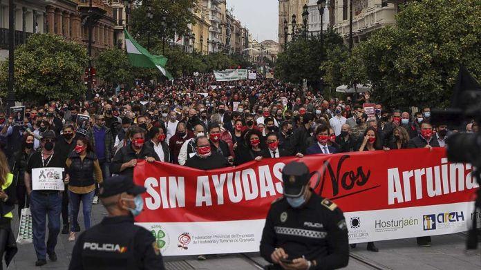Miles de hosteleros se echan a las calles de Andalucía en señal de protesta