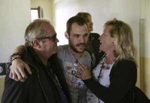 Los pasajeros fueron recibidos por sus familiares en Torrejón de Ardoz. Foto: EFE