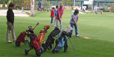 Clases gratuitas y torneos para acercar el golf a niños y adultos.