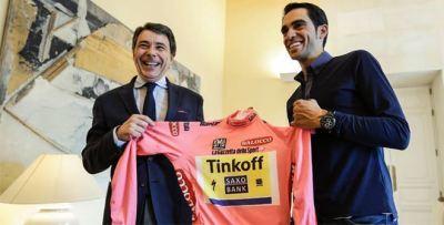 El campeón Contador llega a Madrid.