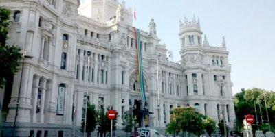 Madrid Orgullo arranca con una gran bandera ondeando en el Ayuntamiento.