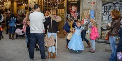 Aspirntes a Cenicienta esperan par aentrar al teatro. Foto: Carlos Bouza