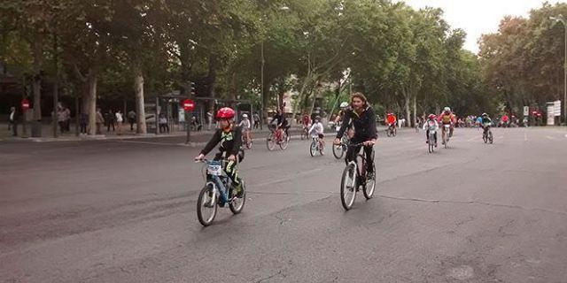 La Fiesta de la Bici invade las calles de Madrid a pesar del tiempo