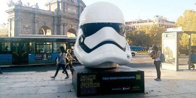 Cabezudos de 'Star Wars' nos vigilan antes del estreno de la película.