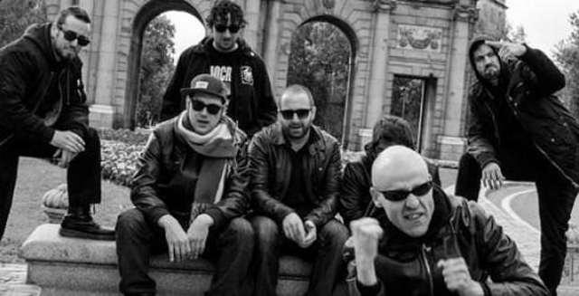 Integrantes de la formación Riot Propaganda junto a la Puerta de Alcalá.