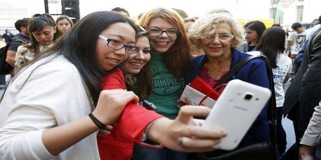 Manuela Carmena con estudiantes extranjeras en el Madrid Students Day 2016
