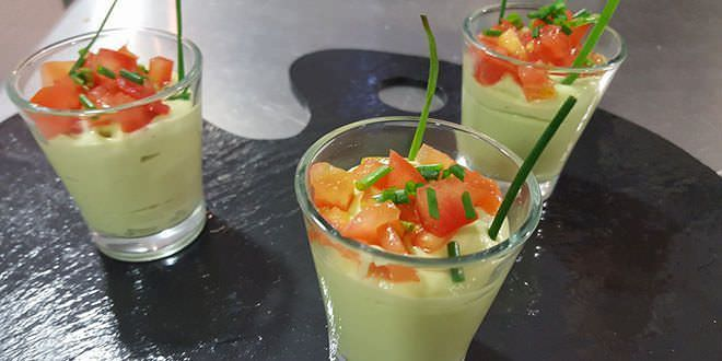Receta de crema de aguacate con tomate