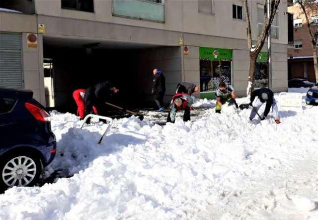 nieve en madrid vecinos con palas