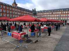 Mercado de Filatelia en la plaza Mayor junto a la estatuta de Felipe III