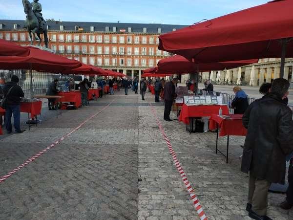 puestecitos del Mercado de Filatelia en la plaza Mayor