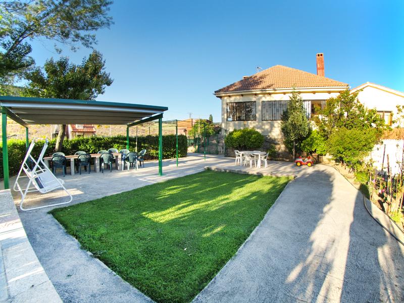 Instalaciones del exterior del jardin del alojamiento rural.